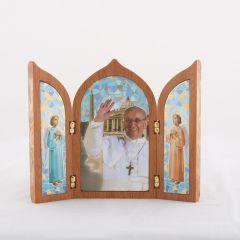 Aranyozott szárnyas oltár Ferenc Pápa szentképpel
